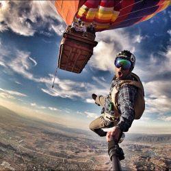 Narsis keren saat terjun dari atas balon udara, jadi pengen bisa kayak gini deh PULSKER !