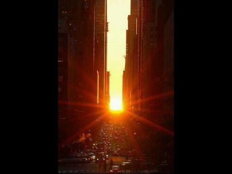 Manhattanhenge adalah fenomena dimana Matahari tepat berada di ujung jalan New York.