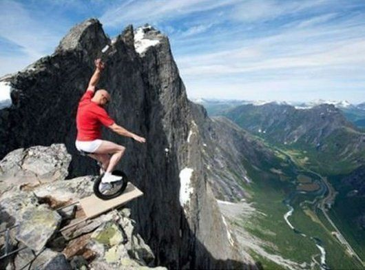 Bersepedi di tepi gunung