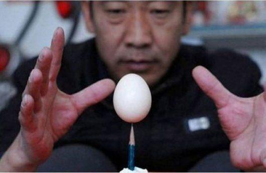 """Ada istilah: """"Bagaikan telur di ujung pensil."""""""