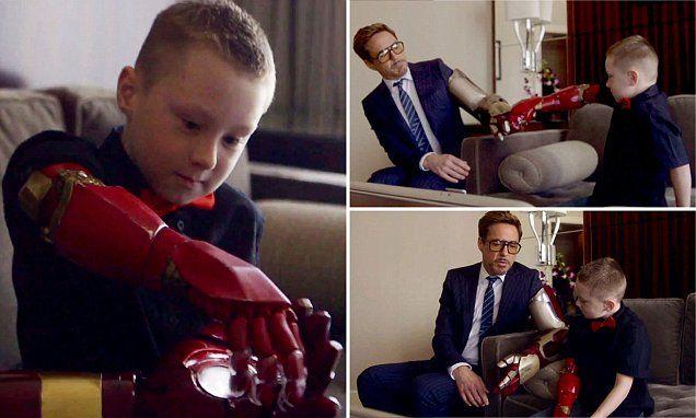 Aktor Robert Downey Jr (pemeran Tony Stark ) memberikan tangan bionic bergaya Iron Man design Microsdoft Inc kepada Dave, bocah berusia 7 th