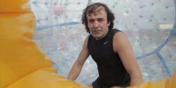 Reza Baluchi melakukan perjalanan laut berbahaya melintasi Segitiga Bermuda, kawasan laut yang terkenal karena keangkerannya.