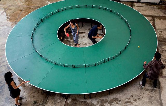 Meja ping-pong bundar buatan seniman Lee Wen asal Singapore. Keren!! (Kalau suka Klik WOW ya kak Pulsker)