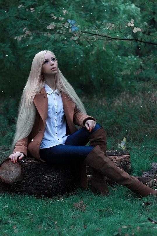 4. Alina Kovaleskaya Alina Kovaleskaya yang berasal dari Ukraina adalah salah satu wanita muda lain yang terobsesi dengan Barbie. Apakah alasan sehingga terjadi fetish Barbie tersebut? Tampaknya orang tua yang meminta anak-anaknya bermain deng