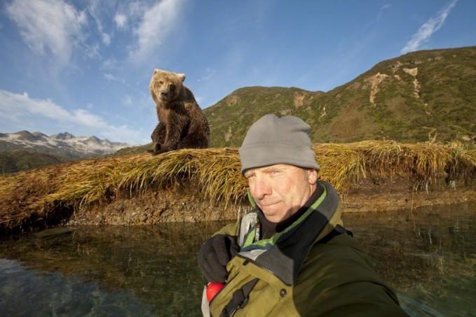 Selfie didekat beruang yang besar