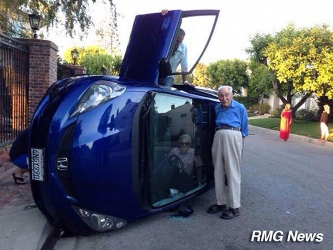 Selfie setelah kecalakaan, liat deh nenek yang masih terjebak didalam mobil..Kasian yaa