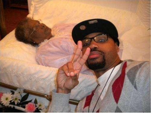 Selfie bersama jenazah neneknya di upacara pemakaman