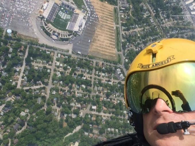 Selfie diketinggian disaat terjun dari pesawat