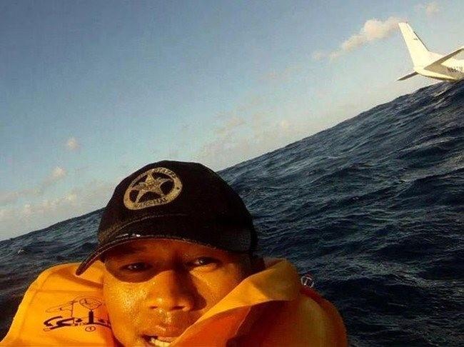 Yang ini WOW banget..dia Selfie sesaat setelah pesawatnya kecelakaan dan terjun ke laut
