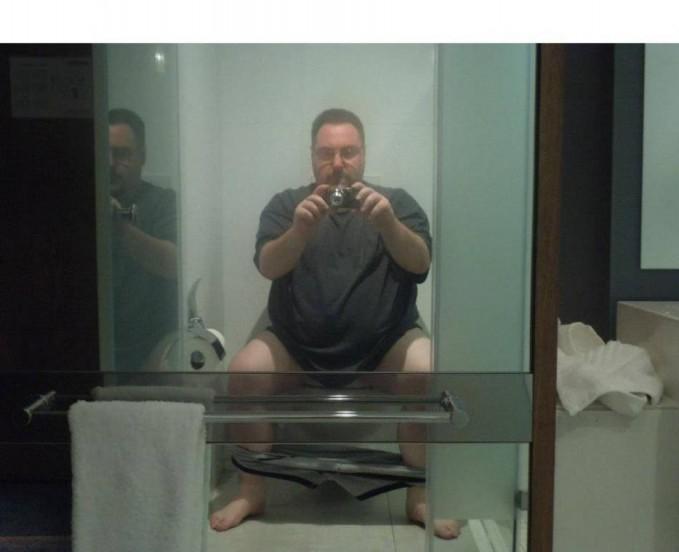 Kira2 apa alasan yang bikin orang ini selfie??