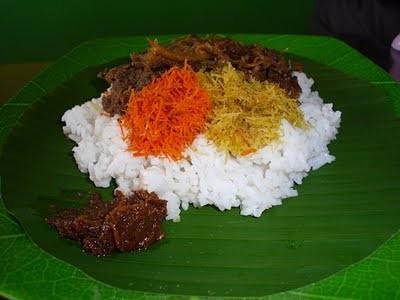 Sobat Pulsk, inilah nasi Krawu makan khas Gresik Jawa Timur, ada srundeng dan daging plus sambal terasi yang mantab, silahkan mencoba.