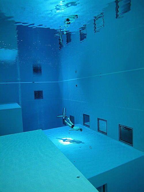 Suhu air dijaga pada 30 derajat Celcius dengan menggunakan panel surya. Pada dasar kolam terdapat â??guaâ?? untuk eksplorasi dengan air filled diving bells yang memungkinkan penyelam untuk berkomunikasi tanpa harus kembali ke permukaan. Terdap