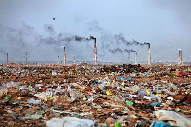 Pemandangan yang penuh dengan sampah di Bangladesh