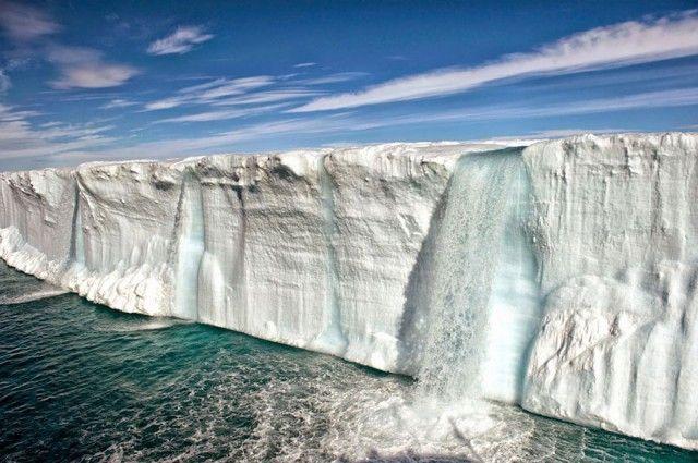 Gunung es besar yang mencair di dekat pulau Svalbard di Norwegia