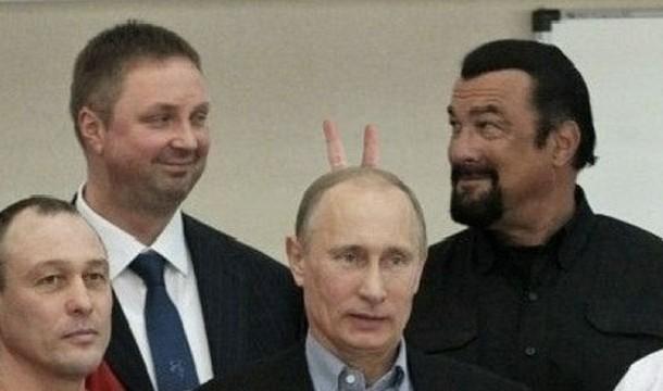 Steaven Seagel Meletakkan 2 Jarinya di Kepala Presiden Rusia Putin Faktanya jari itu hanya hasil photoshop