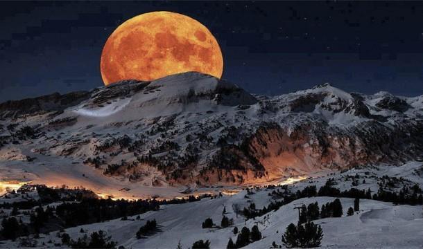 Foto saat Bulan Muncul di Sequoia National Park, California Foto ini benar2 menipu banyak orang. Hal ini nggak ada California, Amerika Utara atau di Perancis sekalipun, dan bulan itu hanya photoshop..seperti biasa.