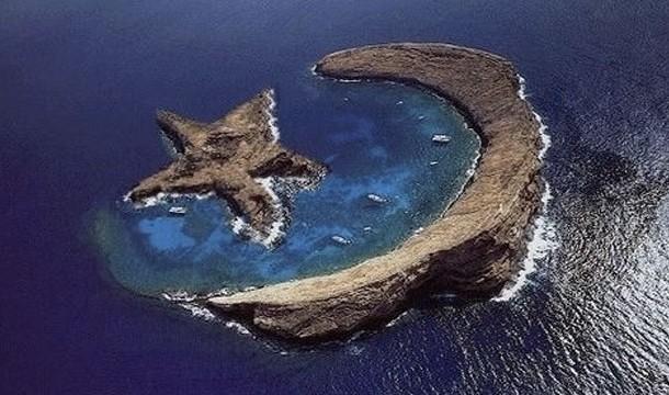 Pulau Bulan Bintang Faktanya ini adalah sebuah kepulauan di hawai bernama molokini ( yang berbentuk sabit ) sedangkan yang bentuk bintang itu hanya hasil Photoshop