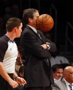 Ouch! foto mode pelan yang menangkap seorang pelatih basket terkena lemparan bola, pasti sakit tuh !