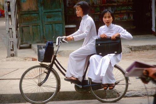 6 - Vietnam Begitu unik dengan seragam putihnya.