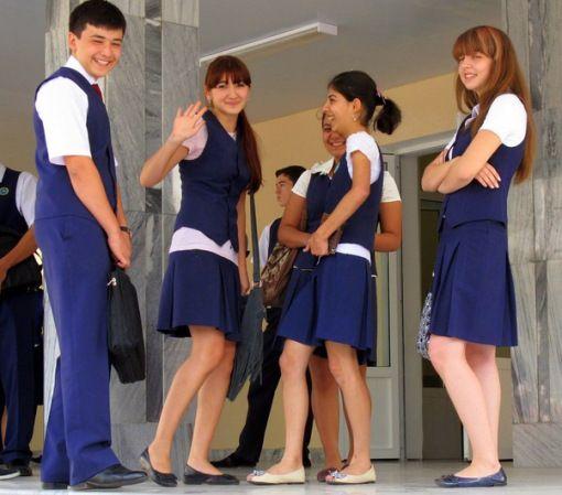 10 - Uzbekistan Dengan usia anak muda di bawah usia 25 tahun yang terdiri dari sekitar 60 persen dari total penduduk, tidak heran jika banyak orang di sini yang mengenakan seragam sekolah. Terlihat seperti ungu / biru di keseluruhan seragamnya.
