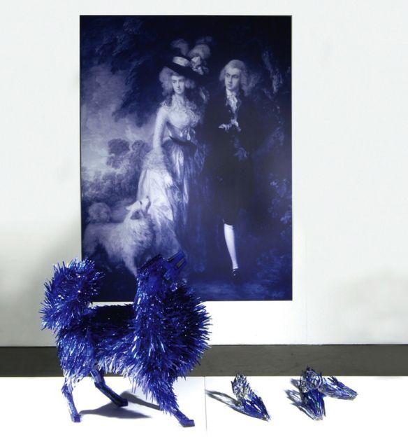10 â?? Anjing yang stylish Dari pecahan kaca biru ini tercipta patung anjing yang luar biasa, bersemangat, penuh warna dan sangat bergaya.