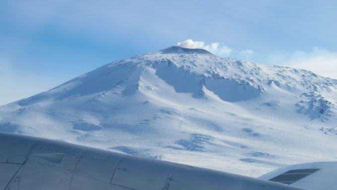 3. Tau nggak kalo Gunung di antartika juga bisa meletus. Tapi bukan api yang keluar Pulsker melainkan kristal2 es