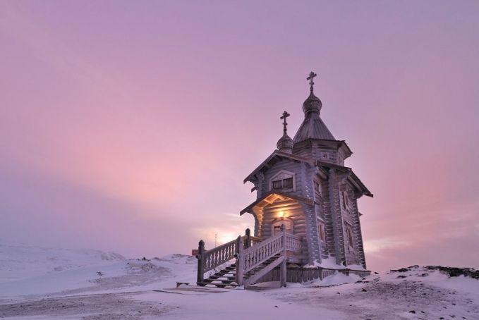 7. Nggak cuma peradaban yang ada di Antartika, ternyata agama juga ada disana. Terbukti ada 7 gereja bagi umat Nasrani disana.