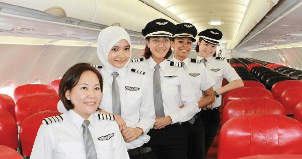 Namanya Noor Hafidzah. Dia adalah pilot di maskapai Air Asia. Imut, Cantik, Berjilbab, Pilot, masih jomblo lagi. Gimana cantik nggak? #wow