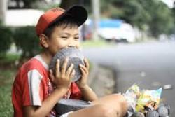 Kiki, bocah 11 tahun itu setiap hari memikul beban sekitar 30 kilogram. Cobek batu. P