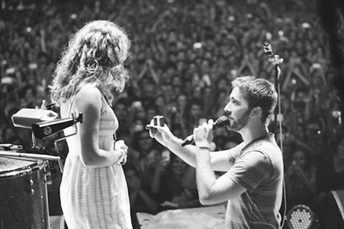 Pria ini melamar pacarnya di panggung saat konser band favorit mereka.