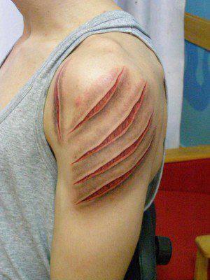 Tatto ini berbentuk seperti sebuah lengan yang dicakar Harimau dengan luka robek yang lebar & mengerikan.
