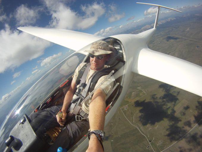 Siapa bilang pilot nggak bisa selfie diudara??