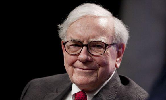 Warren Buffett Warren Buffett adalah salah satu orang terkaya yang paling berpengaruh di dunia. Dia menjabat sebagai chairman dan CEO dari Beekshire Hathaway. Kekayaannya mencapai lebih dari 53,5 juta dolar. Namun hidupnya dijalani dengan sangat rendah hati. Buffett tidak suka dengan benda eletronik canggih. Bahkan dia jarang terlihat memegang ponsel. Meski kaya, uangnya tidak dihabiskan untuk hal-hal tak penting. Buffett lebih suka menyumbangkan uangnya untuk amal dan membantu sesama.