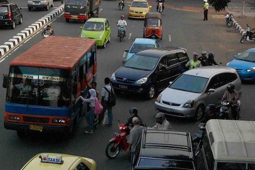 Kendaraan umum yang dari tengah jalan tiba-tiba menepi dan bikin orang dibelakangnya panik..udah biasaaaa