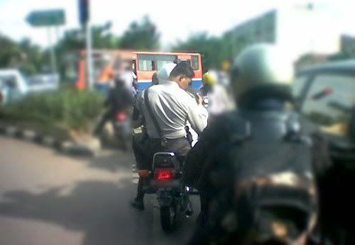 Saat panutan kita juga melanggar peraturan nggak pake helm