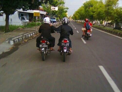 Di Indonesia kamu bisa ngobrol-ngobrol berdampingan dengan tamenmu yang juga naik motor, ada kopinya tambah aseekk kayanya