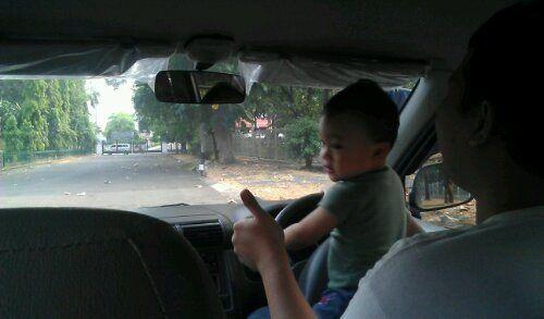 Orang Indonesia juga multitasking, nyetir sambil ngasuh anak