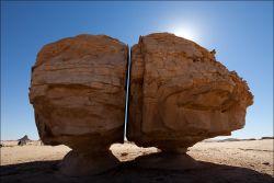 Batu Al Naslaa, Batu Terbelah Sempurna Seakan Diiris Pisau - Subhanallah!