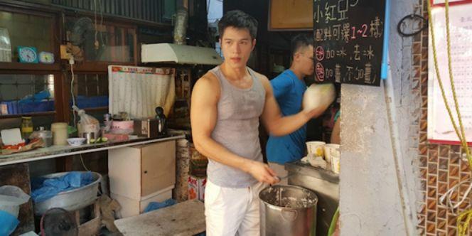 Pria Tampan Pekerja Warung Tahu di Taiwan