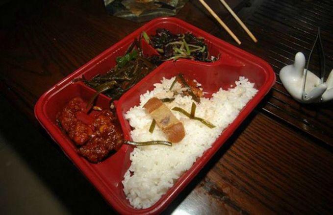 3. Perban di Masakan Cina Pada tahun 2010 seorang wanita membeli masakan Cina yang dibawa pulang. Setelah dibuka ternyata didalamnya ada perban bekas yang berisi darah..hieexx