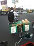 Demi Bersekolah, Siswa ini tidak Malu Jualan Sambil Naik Sepeda