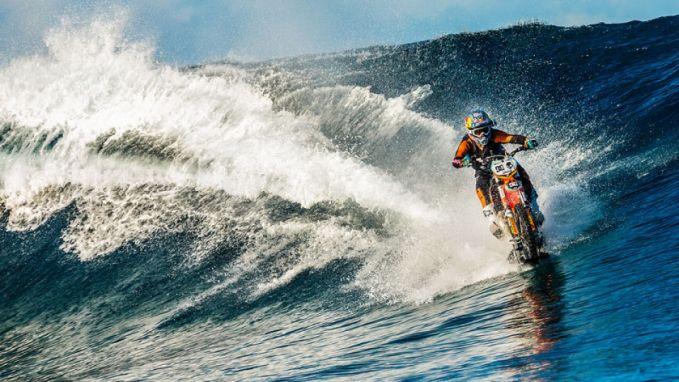 Pria Ini Membelah Ombak Pantai Tahiti Dengan Motor Trail..Keren!!