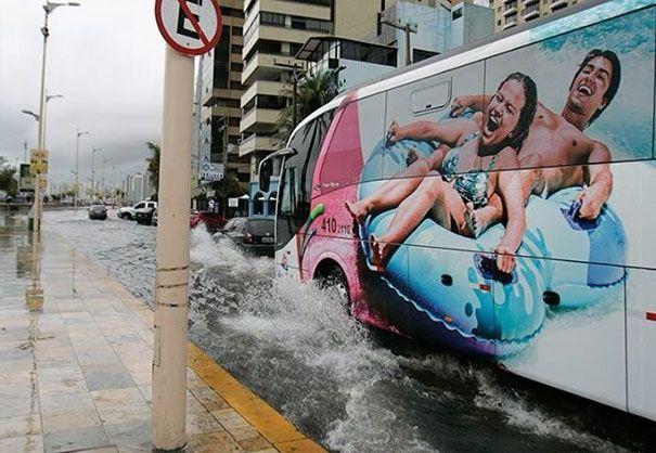 yuhuu...maen waterboom di jalanan...asik juga