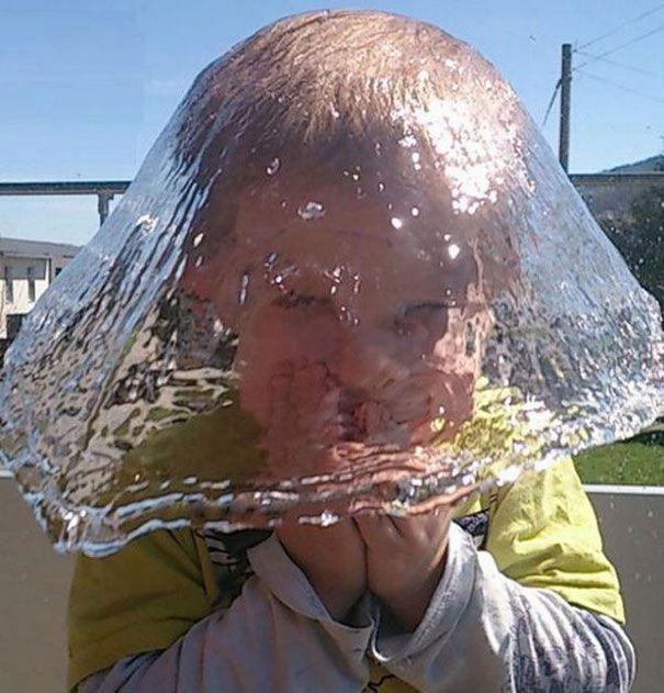 ini bukan plastik yang ditutupin kepala, tapi air bisa jadi topi hahaha
