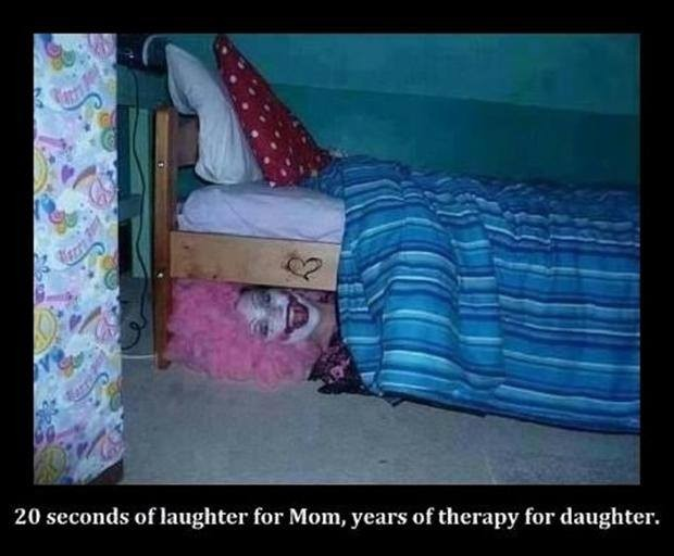 Lihat... Aku ada di bawah tempat tidurmu