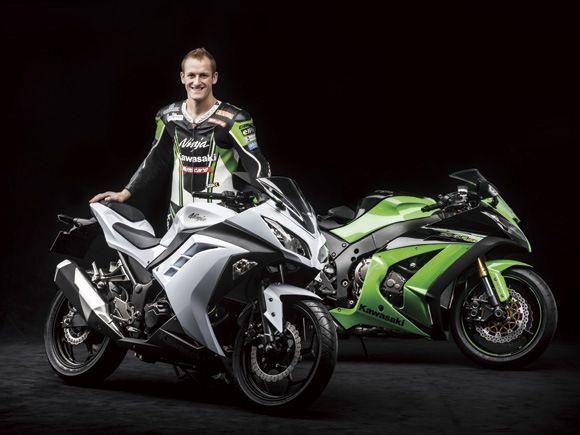 Kawasaki Ninja 250 FI Motor ini adalah primadona yang menarik di mata wanita. Modelnya yang keren memiliki harga yang cukup mahal. Oleh karena itu makanya pamornya juga bagus baik itu dalam kecepatan maupun dalam memikat wanita