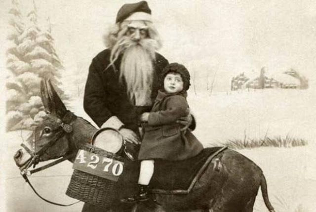Wajah Santa Klausnya kok kayak makhluk halus....