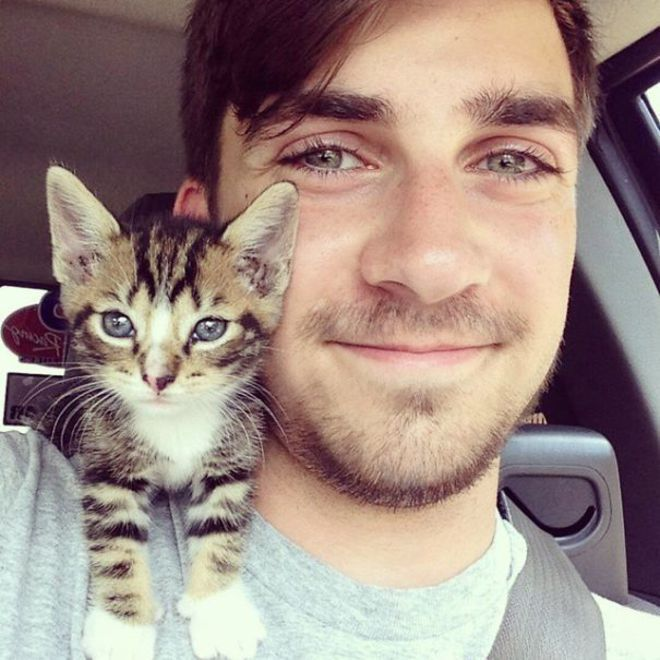 Selfie dulu didalam mobil sebelum berangkat Kuliah, jadi bikin makin bahagia ya kayaknya dengan hewan peliharaan imut gini