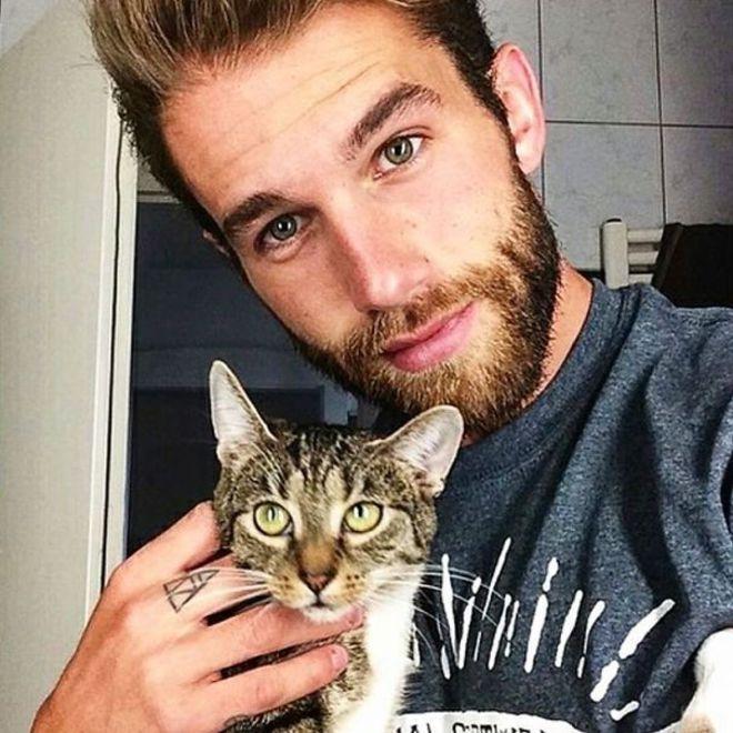 Entah siapa dulu yang memulai, makin banyak cowok yang selfie dengan kucing peliharaannya