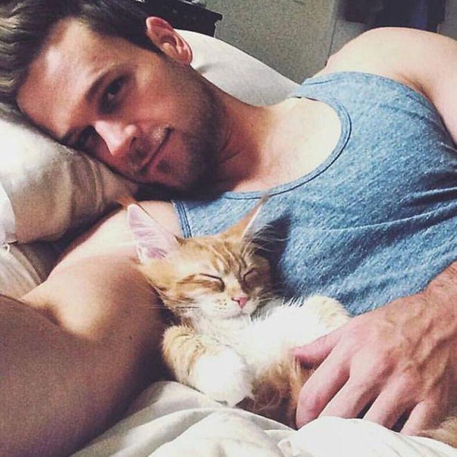 Si Kucing sudah duluan tidur, gak sempet selfie & senyum deh